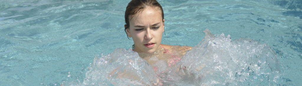 jeune-fille-dans-piscine-coque-surgeres