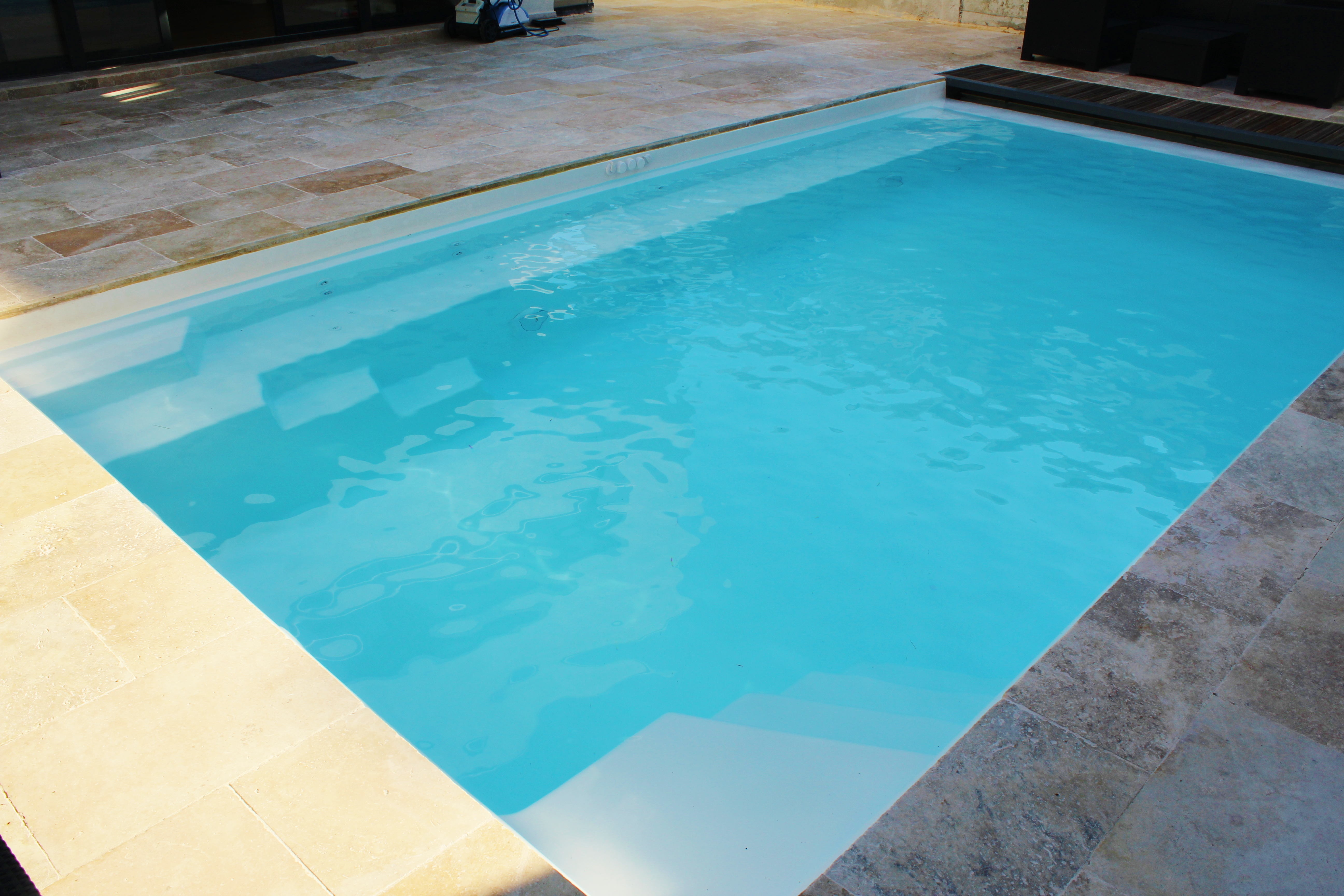 Piscines coque polyester 79 85 44 la bonne piscine for Piscine coque polyester charente maritime